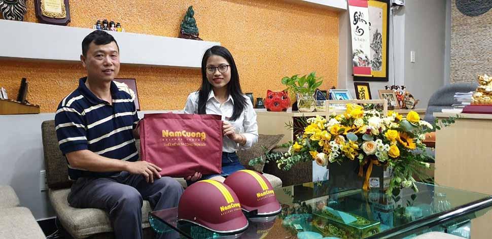 Anh Trần Mạnh Hùng nhận hồ sơ thiết kế nhà ống hiện đại từ nhân viên Nam Cường