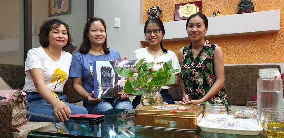 Chị Phan Thị Tâm (áo xanh) nhận hồ sơ thiết kế nhà ống hiện đại 3 tầng từ phía công ty Nam Cường