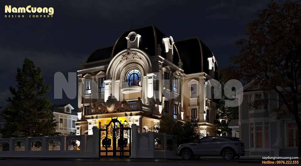 Đèn chùm lớn ở tiền sảnh biệt thự mang lại thứ ánh sáng huyền ảo vào ban đêm, tăng thêm vẻ đẹp lung linh cho biệt thự