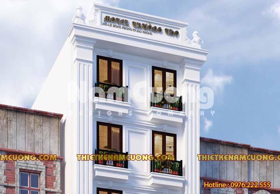 Không gian ngoại thất của khách sạn thoáng dấu ấn cổ điển ở màu sắc, đường nét, hoa văn giản lược trên cột trụ hay các mảng tường.