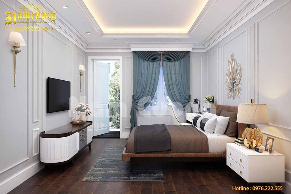 Mẫu phòng ngủ có rèm che màu xanh với kiểu dáng mềm mại, kết hợp với tranh đá treo tường, đèn chùm… giúp căn phòng trở lên nhẹ nhàng, ấm cúng.