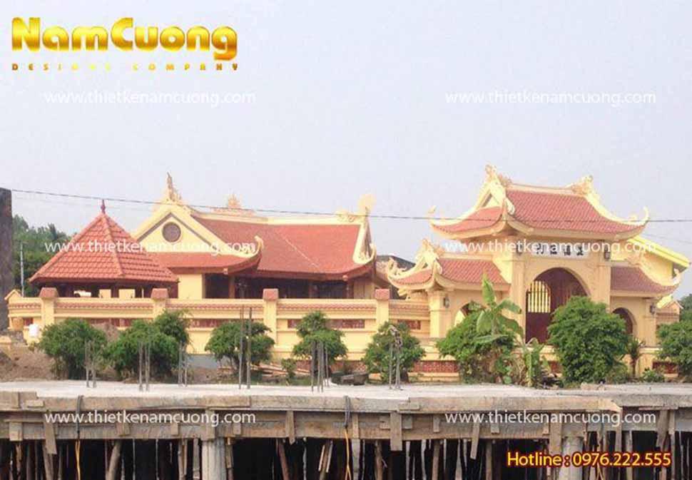 Nằm ở vị trí trước khu nhà thờ chính của công trình, kiến trúc khuôn viên ao nhà thờ họ Trịnh tạo vẻ đẹp thanh mát, thoáng đãng, có ý nghĩa tụ thủy trong quan niệm phong thủy nhà thờ họ