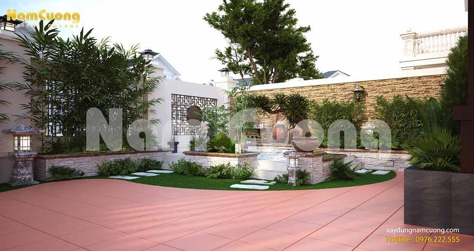 Sân trước cửa ngôi biệt thự được thiết kế gạch đỏ làm nổi bật không gian xanh của tiểu cảnh phía bên cạnh